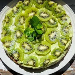 """Green heaven"": raw avocado lemon cake with kiwi"